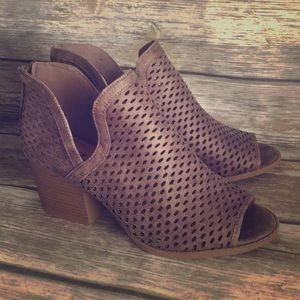 8 Qupid Preforated Ankle Booties chunky NEW